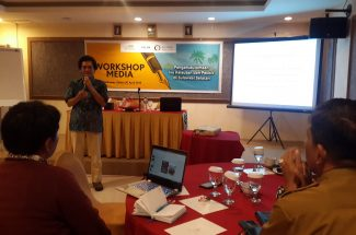 Ridzki R Sigit Head Operation Mongabay Indonesia membuka kegiatan workshop Media di Hotel Jolin Makassar.